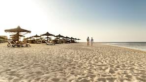 Am Strand, Cabañas (kostenlos), Liegestühle, Sonnenschirme
