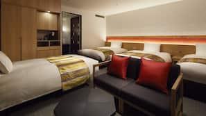 房內夾萬、家具佈置各有特色、書桌、窗簾