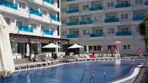 Una piscina al aire libre (de 7:00 a 18:00), sombrillas, tumbonas