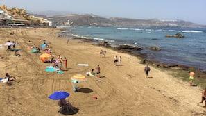 Ubicación cercana a la playa, arena blanca, tumbonas y sombrillas