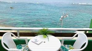 Cortinas opacas y tabla de planchar con plancha