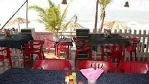 Petit-déjeuner, déjeuner et dîner servis sur place, vue sur la plage