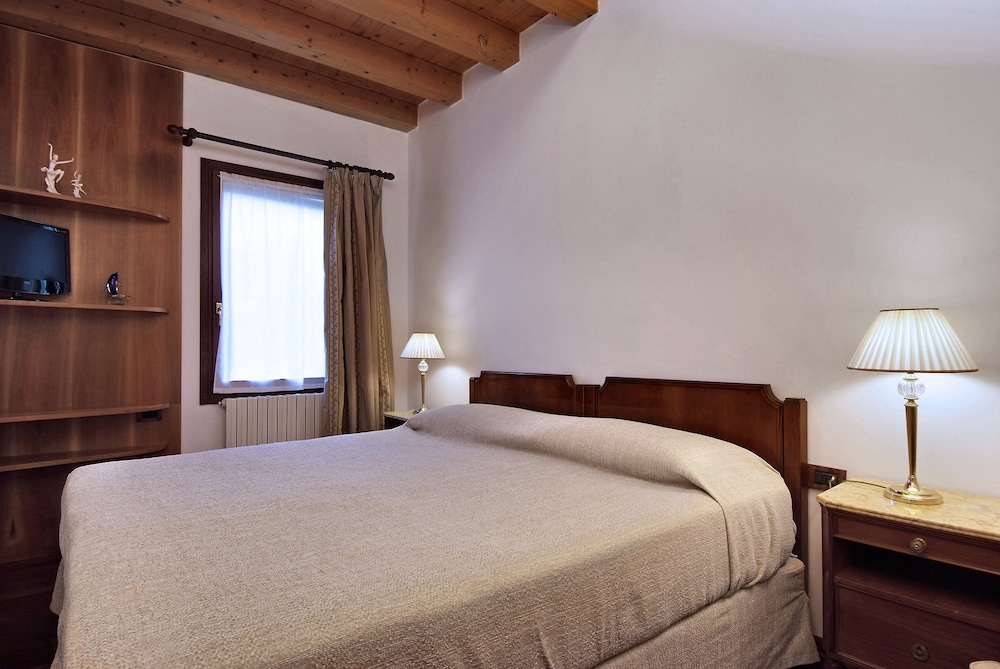 book 500 bed and breakfast venice hotel deals. Black Bedroom Furniture Sets. Home Design Ideas