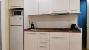Frigorífico, microondas, cafetera o tetera y utensilios de cocina