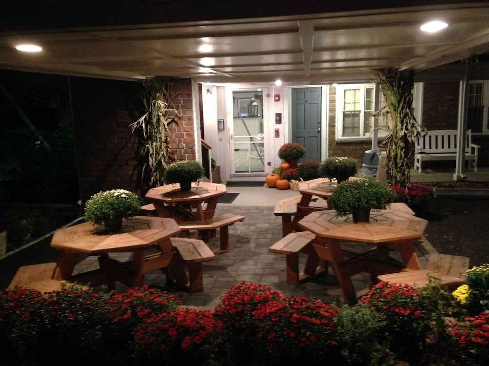 Courtyard, Craigville Beach Inn