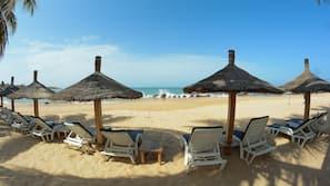 Plage privée, chaises longues, beach-volley