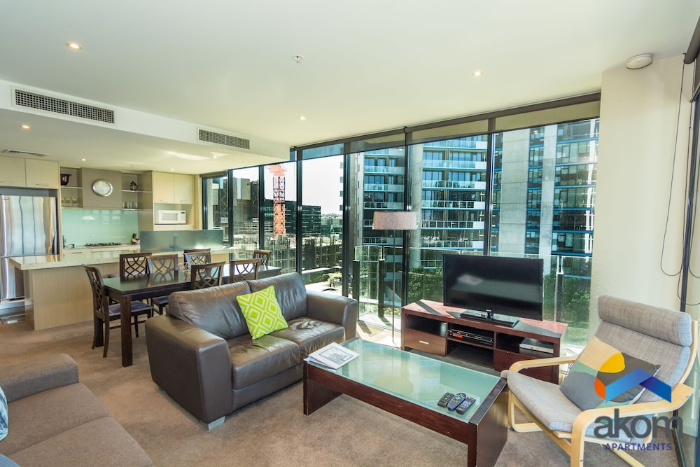 Deluxe Three Bedroom Two Bathroom Apartment with Marina Views - Featured Image
