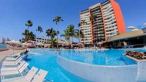 3 piscinas al aire libre (de 7:00 a 21:00), sombrillas, tumbonas