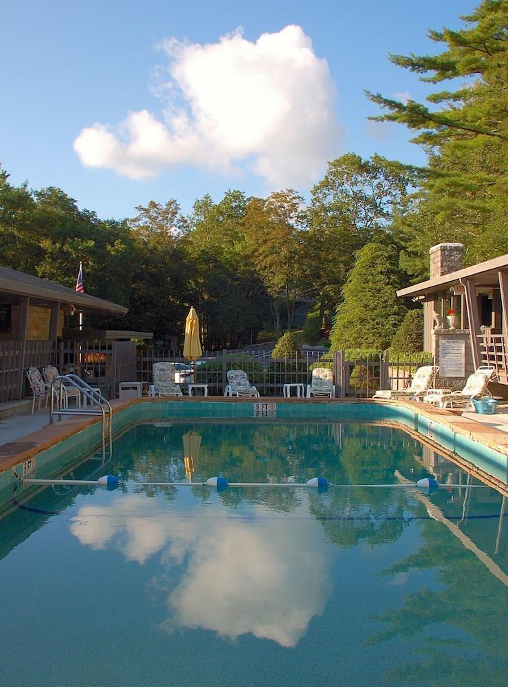 Outdoor Pool, The Skyline Lodge