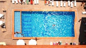 Una piscina al aire libre de temporada (de 9:30 a 21:00), sombrillas