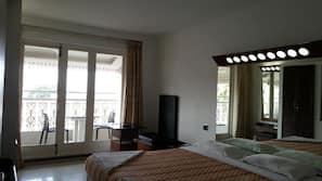 1 bedroom, premium bedding, desk, rollaway beds