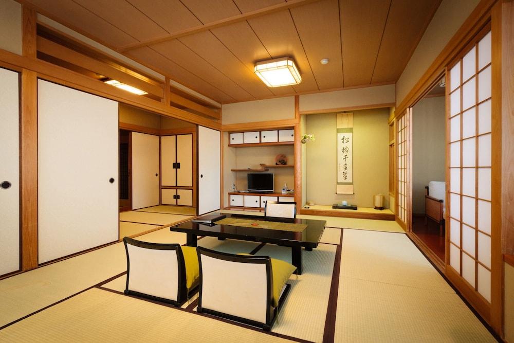 Kasuga Ryokan Hotel - room photo 8576124