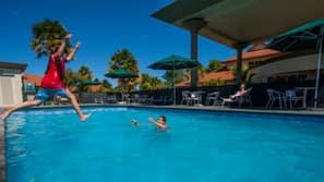 室外游泳池,08:00 至 09:00 开放,池畔遮阳伞,日光浴躺椅