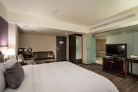 Premier Room, 1 King Bed, Bathtub (VIP King)