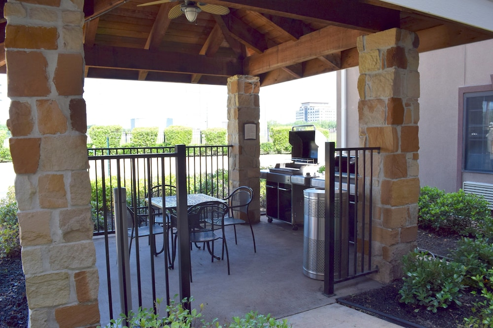 BBQ/Picnic Area, Staybridge Suites Houston Stafford - Sugar Land, an IHG Hotel