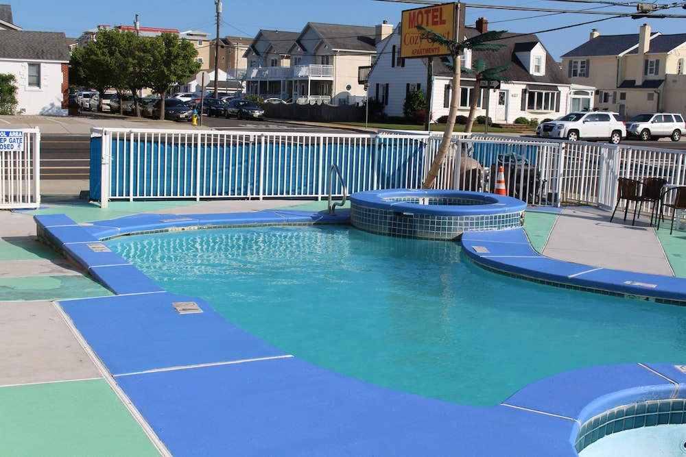 Outdoor Pool, Cozy Crest Motel