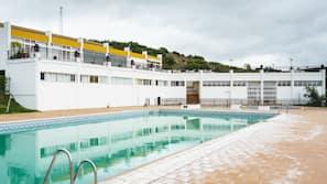 3 piscinas al aire libre (de 9:30 a 20:00), sombrillas, tumbonas