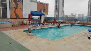 2 piscinas internas, piscina externa