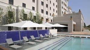 Una piscina al aire libre (de 17:00 a 18:00), sombrillas, tumbonas