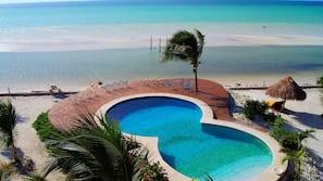 3 piscines extérieures, parasols de plage