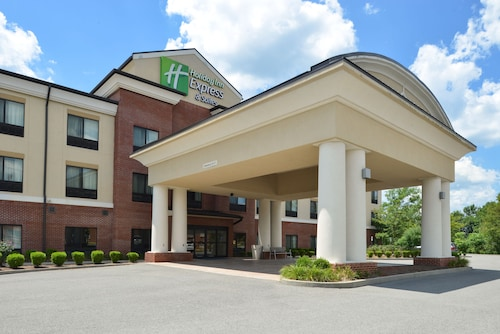 Holiday Inn Express and Suites Fairmont, an IHG Hotel