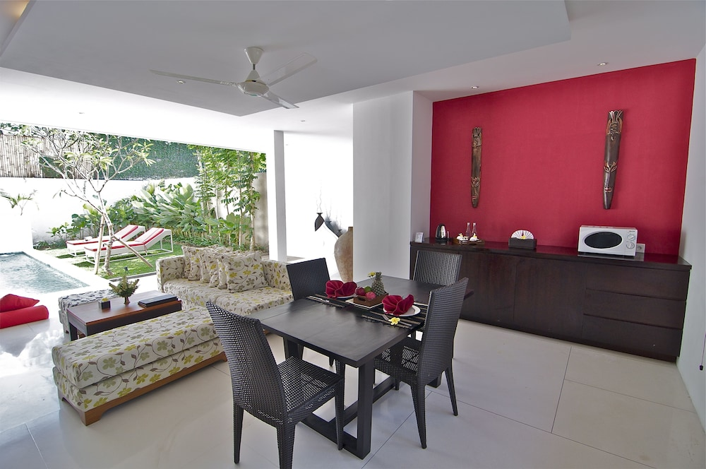 In-Room Dining, Jay's Villas