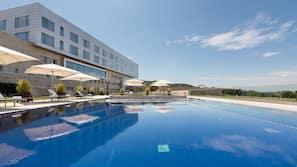 Una piscina al aire libre de temporada (de 10:00 a 21:00), sombrillas