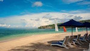 Am Strand, Sonnenschirme, Strandtücher, Sporttauchen