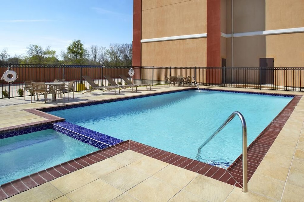 Outdoor Pool, Four Points by Sheraton Houston Hobby Airport