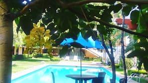Una piscina al aire libre (de 10:00 a 20:00), sombrillas, tumbonas