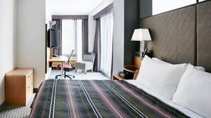 Premium bedding, desk, blackout curtains, free cots/infant beds