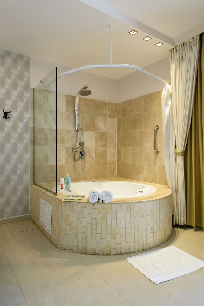 Bathroom Shower, Royalty Suites