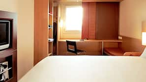 Cofres nos quartos, escrivaninha, quartos à prova de som