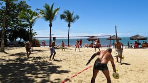 Na praia, guarda-sóis