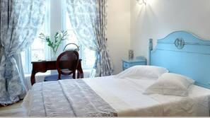Untuvapeitot, minibaari, tallelokero huoneessa, työpöytä