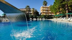 2 piscine all'aperto, una piscina a sfioro, ombrelloni da piscina