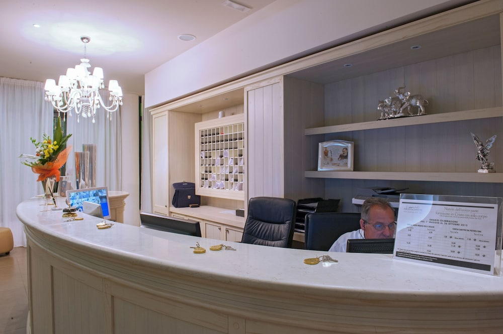 Concierge Desk, Hotel Fini