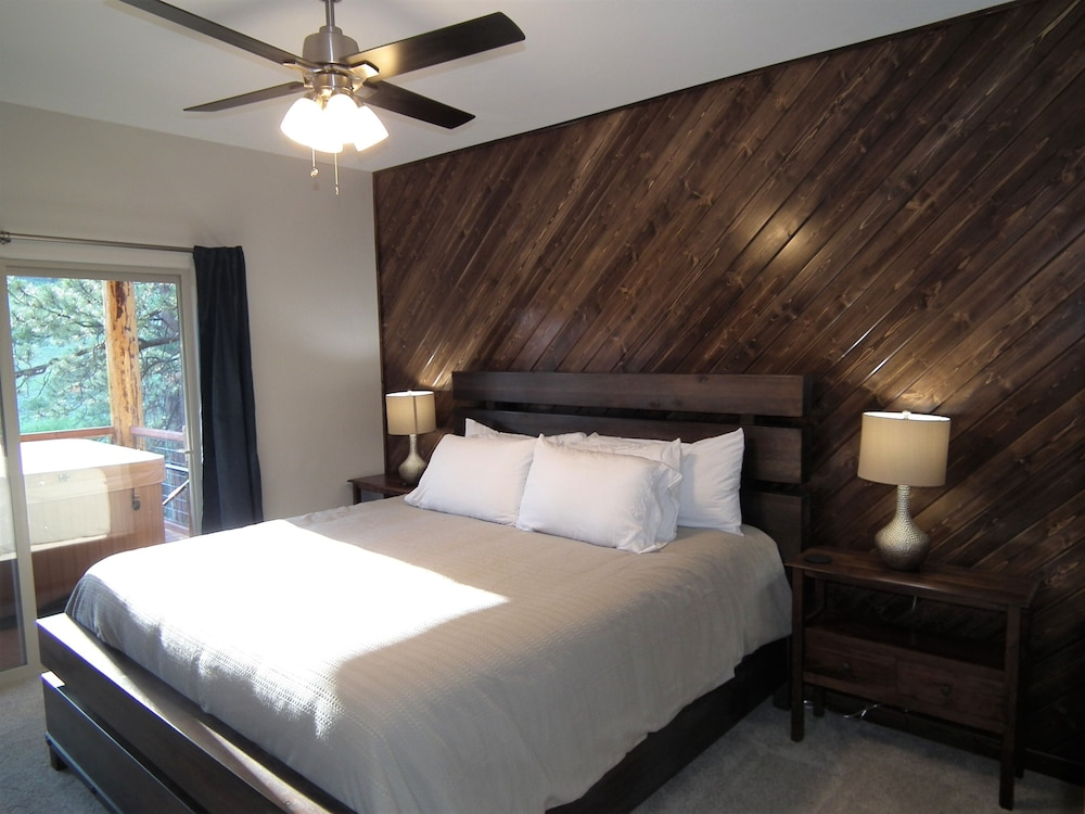 Room, The Timberwolf: Brand NEW Cabin Borders the National Forest