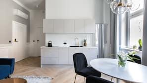 Kühlschrank, Herdplatte, Wasserkocher, Kochgeschirr/Geschirr/Besteck