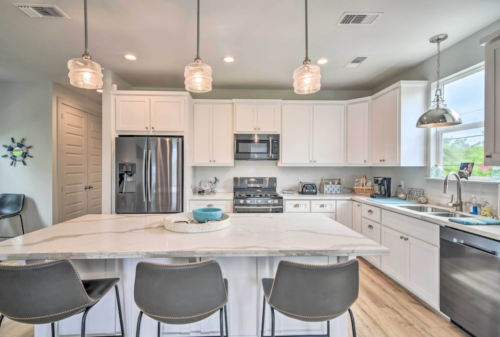 Private Kitchen, Modern Waveland Home 5 Blocks to S Beach Blvd