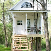Treehouse Cottage Near Chattanooga on Flower Farm