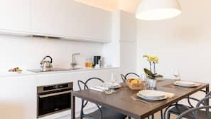 Kjøleskap, mikrobølgeovn og kjøkkenutstyr