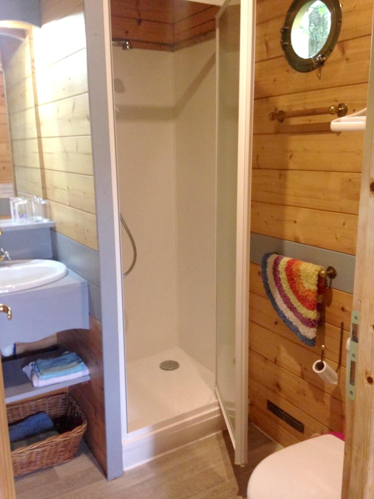 Bathroom, Property With one Bedroom in Le Deschaux, With Furnished Garden