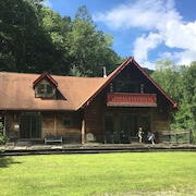 The Secluded Chalet, W/fire Place, 4 Bed/2 Bath