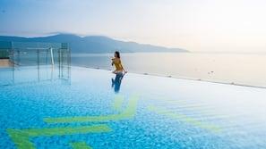 季節性室外泳池;06:00 至 22:00 開放;泳池傘