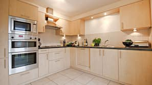 Full-size fridge, microwave, oven, toaster