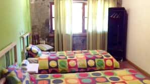 Escritorio, tabla de planchar con plancha, wifi gratis