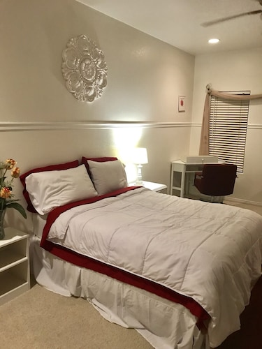 Beautiful Master Suite Room in West Palmdale