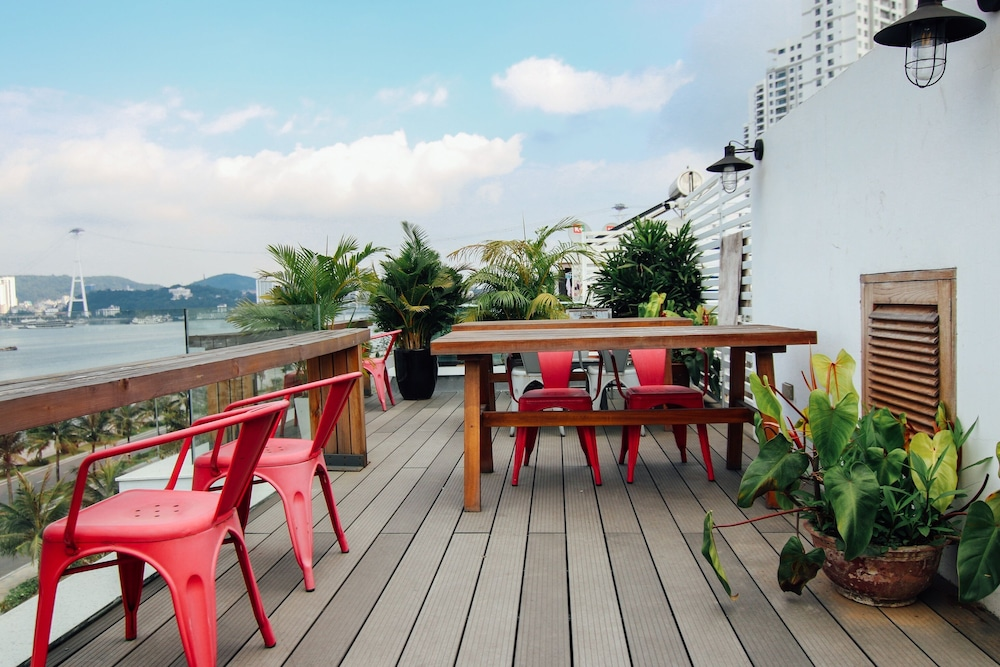 Outdoor Dining, Draha Halong Hotel