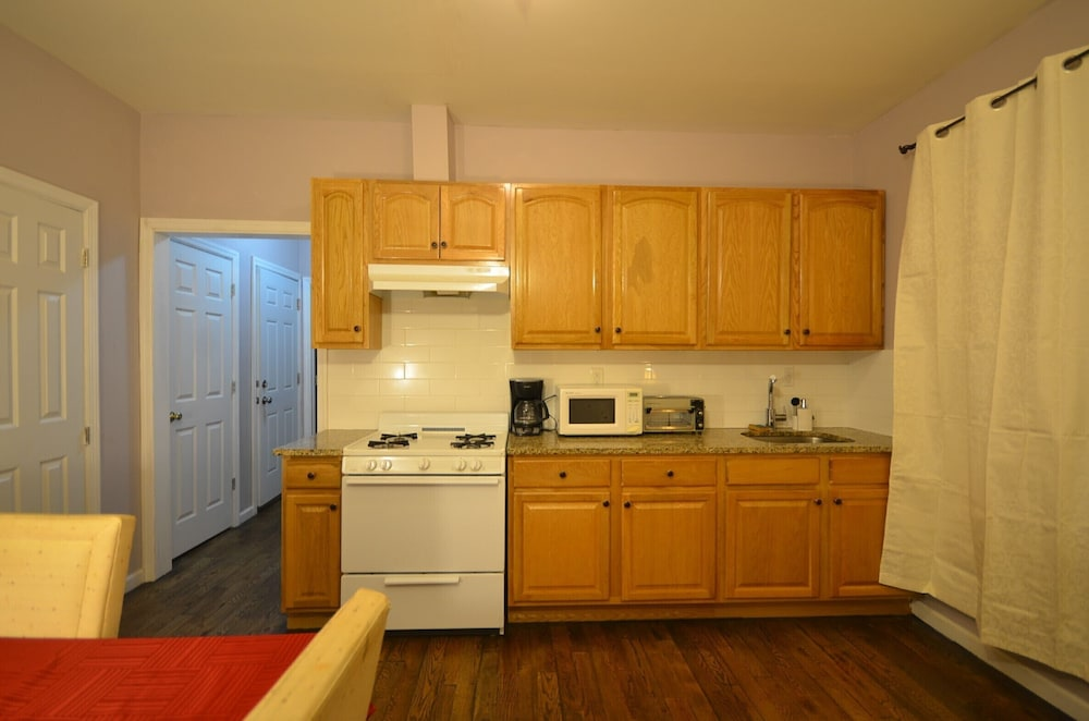 Private Kitchen, 2 Bedroom apt North Newark Light Rail